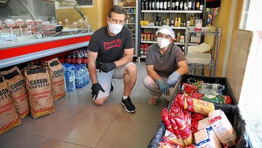 Mercedes Cirer y Claudio Martín ayudan a sus vecinos.