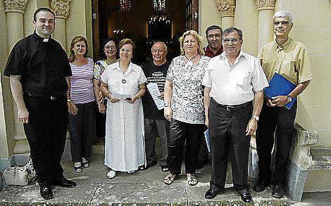 Los miembros de la Coral Gregoriana de Sant Jaume encabezados por su director, Mariano Cortés, y el padre Mercant.