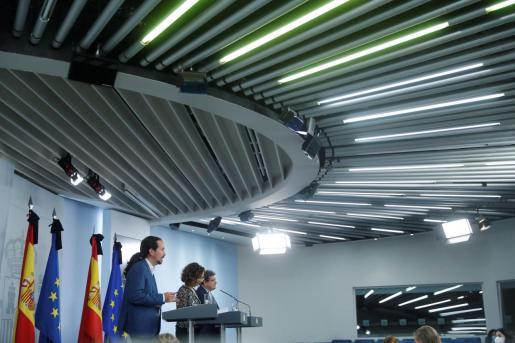 El ministro de Cultura y Deporte, José Manuel Rodríguez Uribes (d), ha ofrecido una rueda de prensa junto a la ministra de Hacienda y portavoz del Gobierno, María Jesús Montero (c), y el vicepresidente segundo, Pablo Iglesias (i) tras el Consejo de Ministros celebrado este viernes.