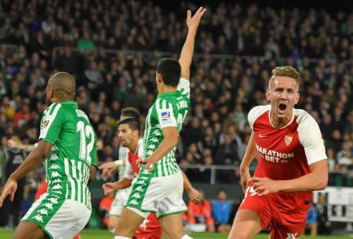 El delantero del Sevilla De Jong (d) celebra tras marcar el segundo gol ante el Real Betis, durante el partido de Liga en Primera División disputado en el estadio Benito Villamarín.