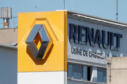 A Renault logo is seen at the main entrance of the Renault factory in Choisy-le-Roi near Paris, France, May 29, 2020. Renault said on Friday it was launching talks with unions to restructure several French car plants, potentially leading to closures, as it confirmed plans to cut around 15,000 jobs worldwide. REUTERS/Charles Platiau RENAULT-FRANCE/STRATEGY