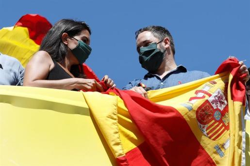 El líder de Vox, Santiago Abascal, y la portavoz del partido en la Asamblea Rocío Monasterio.