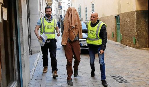 Dos agentes de la Guardia Civil trasladan a Fredy Escobar a los juzgados de Manacor.