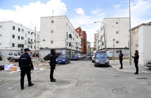 Policías nacionales patrullan la barriada palmesana, que está muy degradada.