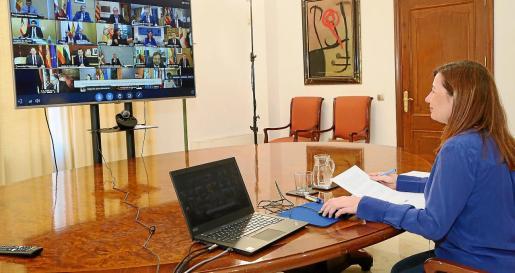 La presidenta del Govern, Francina Armengol, durante una videoconferencia mantenida con Pedro Sánchez y el resto de presidentes autonómicos.