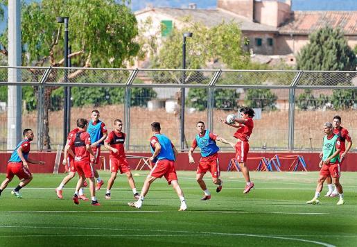 Luka Romero controla un balón durante el entrenamiento del Real Mallorca celebrado este lunes en Son Bibiloni.