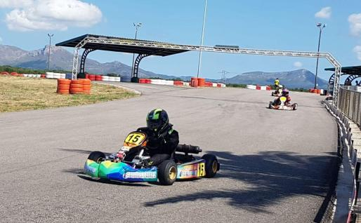 Dos pilotos ruedan este pasado fin de semana en el Karting de Can Picafort.