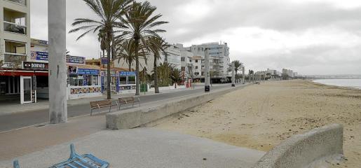 PALMA . EPIDEMIAS. CORONAVIRUS. La inmensidad de la Platja de Palma vacía. La playa que enlaza Can Pastilla con el Arenal ayer por la mañana, tan vacía como el paseo. MAS FOTOS EN EL DISCO DEL 24-03-2020
