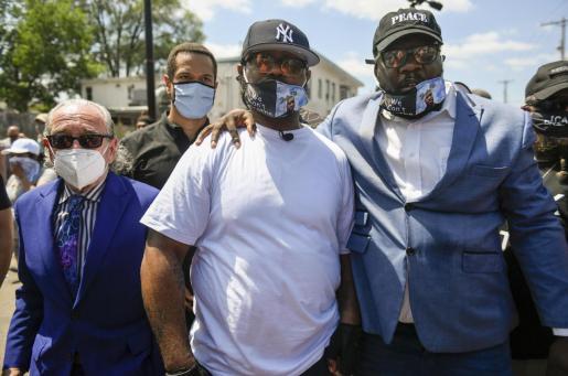 El hermano de George Floyd, Terrence Floyd (con camiseta blanca) durante una de las protestas en Minneapolis.