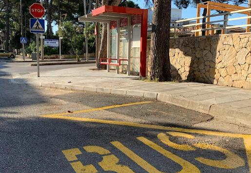 Imagen de una parada de un autobús.