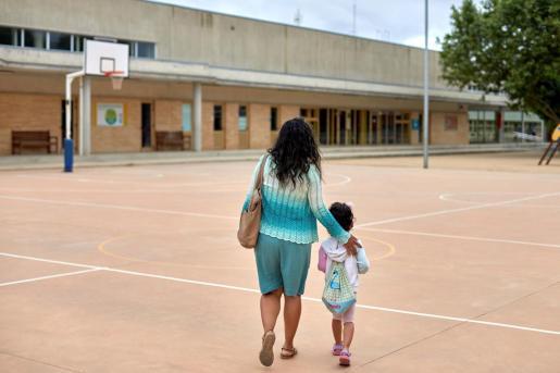 Tras la suspensión de las clases, los padres tienen problemas para dejar a los niños mientras trabajan.