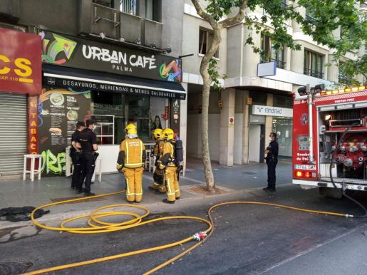 Se ha cortado un carril para facilitar las tareas de los bomberos.