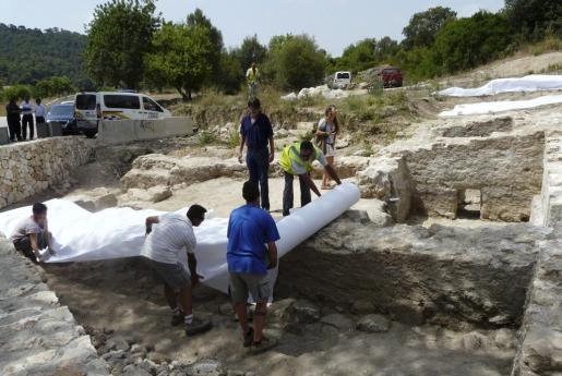 Los restos arqueológicos romanos hallados en Son Servera han sido protegidos mediante lonas.