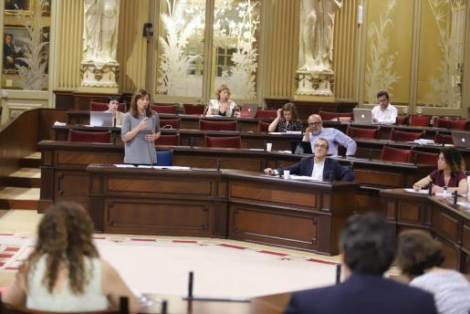 Francina Armengol durante su intervención en el Parlament balear.