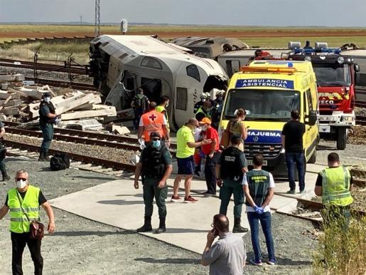 Efectivos sanitarios y de la Guardia Civil acuden al lugar donde la locomotora de un tren Alvia que realiza la ruta Ferrol-Madrid ha descarrilado a su paso por la localidad zamorana de Hiniesta.
