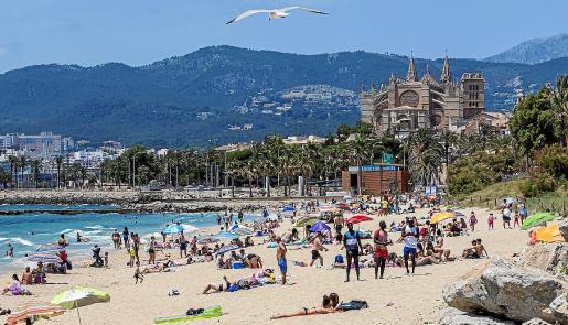 Playa de Can Pere Antoni, en Mallorca, el primer domingo tras las medidas de alivio de la fase 2 de la desescalada por la pandemia del coronavirus establecidas por el Gobierno.