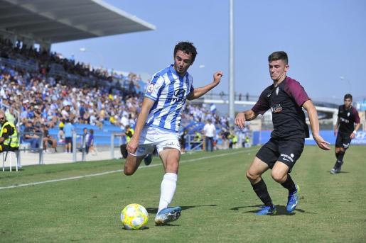 El centrocampista escocés del Atlético Baleares, Jordan Holsgrove, se dispone a centrar durante el partido ante el Sporting de Gijón B en el Estadi Balear.