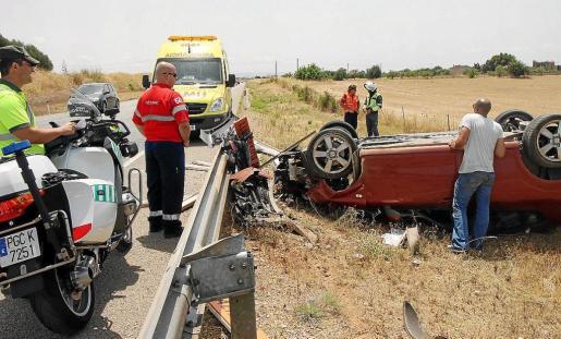 El coche quedó volcado después de subirse al guardarraíl y destrozar una señal de tráfico. Fotos: VASIL VASILEV