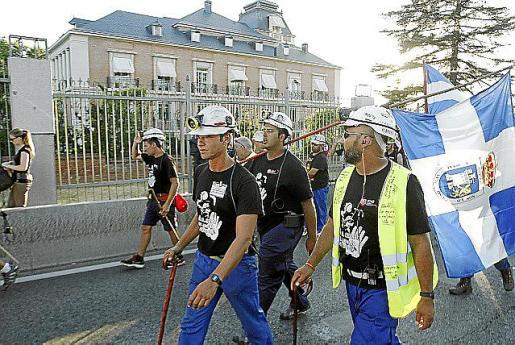"""La """"marcha negra"""" de los mineros pasa por delante del Palacio de la Moncloa durante su última etapa hacia Madrid .Los trabajadores del carbón comenzaron hoy en Aravaca su última etapa pasadas las 19.30 horas y se dirigen a la Ciudad Universitaria y posteriormente a la Puerta del Sol."""