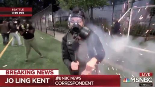 La reportera de NBC News Jo Ling Kent fue alcanzada por una granada en la ciudad de Seattle.