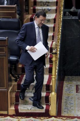 El presidente del Gobierno, Mariano Rajoy, se dirige al estrado para iniciar su comparecencia ante el pleno del Congreso, celebrado esta mañana.