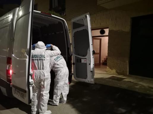 Agentes del departamento de criminalística de la Guardia Civil inspeccionan, este miércoles, la vivienda donde un hijo mató a su padre en el trascurso de una pelea que tuvo lugar en la tarde-noche del martes en el domicilio familiar de la localidad navarra de Olite.