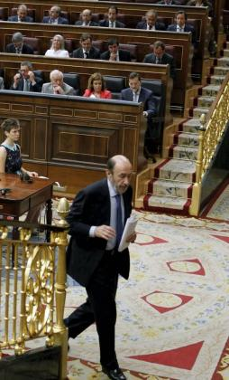 El lider del PSOE, Alfredo Pérez Rubalcaba, se dirige al estrado para su intervención.