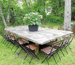 La forma para añadir más capacidad: en esta gran mesa casi cuadrada caben 16 comensales.