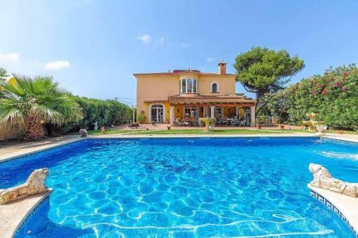 La enorme piscina está 'abrazada' por la exuberante vegetación del amplio jardín.