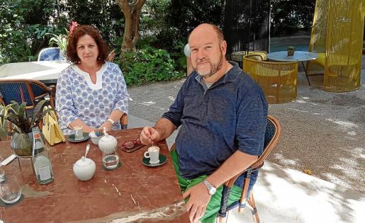 Rosana Rosselló y Juan Pedro Guerrero, disfrutando en la terraza de Can Bordoy.
