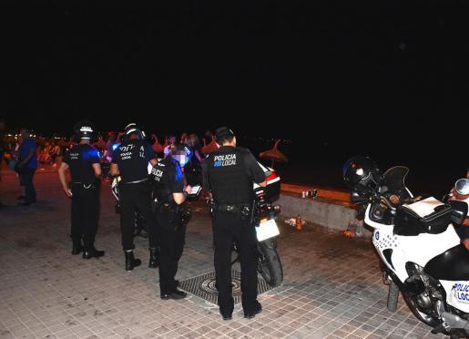 Agentes de la Policía Local, en la Playa de Palma.