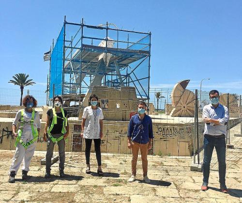Nieves Peinado, Marga Massanet, Francisca Niell, Marcos Augusto y Antoni Noguera, ayer, ante el conjunto escultórico de Guinovart que se está rehabilitando.