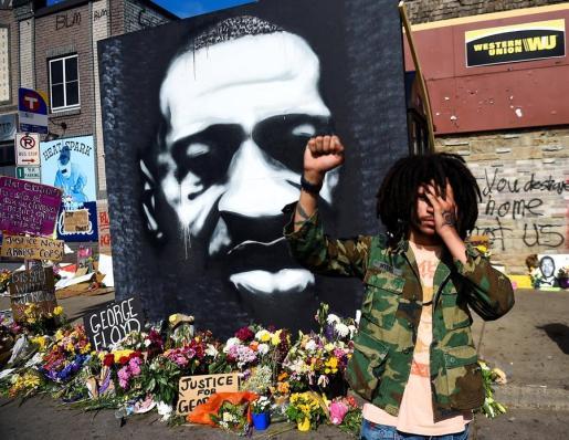 Uno de los muchos memoriales levantados en Estados Unidos en memoria de George Floyd.