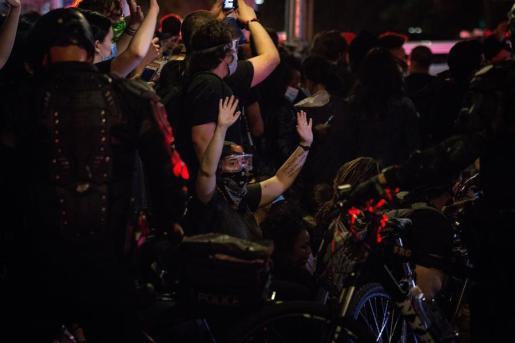En Nueva York, la Policía efectuó numerosos arrestos en varias zonas una hora después del comienzo del toque de queda y tras celebrarse una sentada a las puertas de la residencia oficial del alcalde, Bill de Blasio.