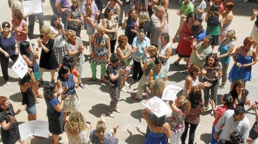 Ayer a mediodía tuvo lugar una concentración espontánea de protesta de funcionarios en el patio de los juzgados de sa Gerreria, de Palma.