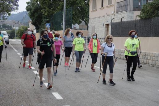 Edu Gaviño, a la izquierda, con camiseta negra junto al grupo que ayer salió desde el pabellón David Muntaner en el Secar de la Real.