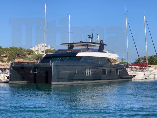 El nuevo barco del tenista mallorquín ha atracado en el club náutico este viernes.