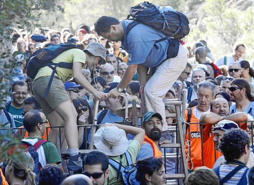 Imagen de la histórica marcha reivindicativa en 2009 de la Plataforma Pro Camins Públics i Oberts para reivindicar el paso público por el Camí de Ternelles hasta Cala Castell. Hasta esa fecha la barrera de la propiedad limitaba el paso de excursionistas por el camino.