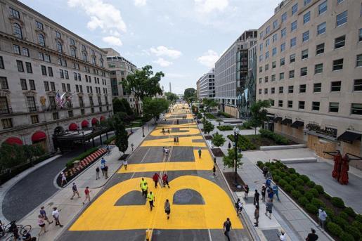 El ayuntamiento de Washington cambió este viernes el nombre de la sección de la calle 16, frente a la Casa Blanca.