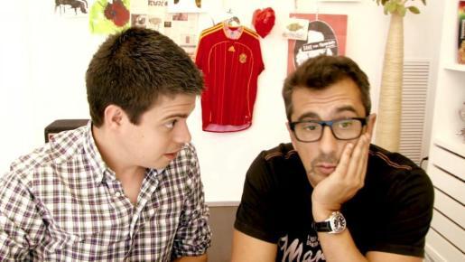 """CUL09. MADRID, 12/07/2012.- Imagen cedida por Bananity del presentador y productor Andreu Buenafuente (d) junto a Pau García-Milà, un emprendedor de software libre con quien protagoniza a partir de hoy la serie para internet """"Verano amarillo"""". EFE / SOLO USO EDITORIAL/ ANDREU BUENAFUENTE ESTRENA EN INTERNET """"VERANO AMARILLO"""""""
