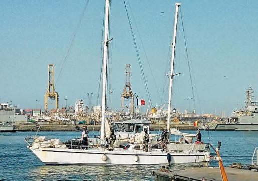 El velero 'Ainez', en el puerto de Dakar, Senegal.