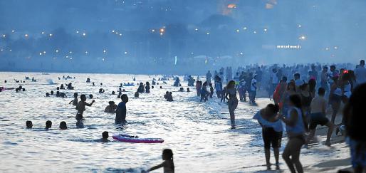 El alcalde insta a no ir todos a celebrar la noche de Sant Joan en las playas este año. En la foto, la fiesta de 2019.