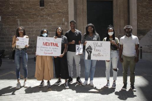 El portavoz de Més, Guillem Balboa, junto con los miembros de la Comunidad Negra en Mallorca.