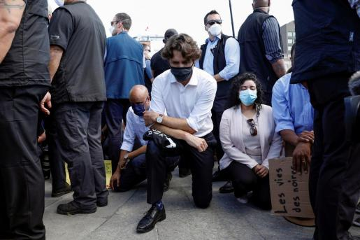 Canada's Prime Minister Justin Trudeau wears a mask as he takes a knee during a rally against the death in Minneapolis police custody of George Floyd, on Parliament Hill, in Ottawa, Ontario, Canada June 5, 2020. REUTERS/Blair Gable MINNEAPOLIS-POLICE/PROTESTS-OTTAWA