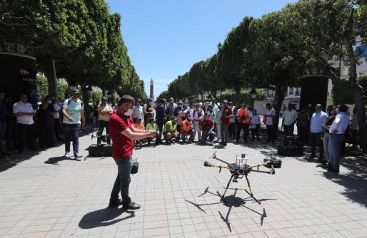 Un dron provisto de cámera térmica para tomar la temperatura de los visitantes. Las autoridades tunecinas se esfuerzan en la adopción de medidas para recobrar parte del mercado turístico perdido tras los atentados yihadistas.