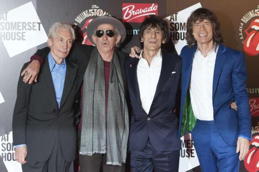 """Los Rolling Stones, (de izq. a dcha.) Charlie Watts, Keith Richards, Ronnie Wood y Mick Jagger, a su llegada a la exposición """"Rolling Stones: 50"""", en Londres."""