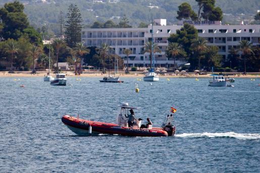 En el dispositivo de rescate han participado efectivos del Grupo Especial de Actividades Subacuáticas de la Guardia Civil (GEAS), un helicóptero, la Policía Local de Valldemosa y una ambulancia del 061.