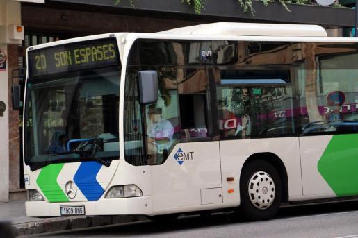 Los transportes públicos colectivos de viajeros de ámbito urbano y periurbano, en los que existan plataformas habilitadas para el transporte de viajeros de pie, también podrán ocuparse la totalidad de las plazas sentadas.