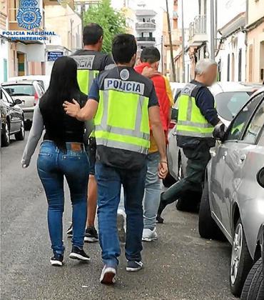 Los dos detenidos junto a policías.