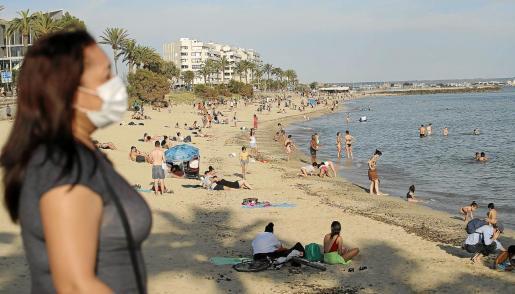 Sin turistas en las islas, los residentes de Baleares han llenado las playas.